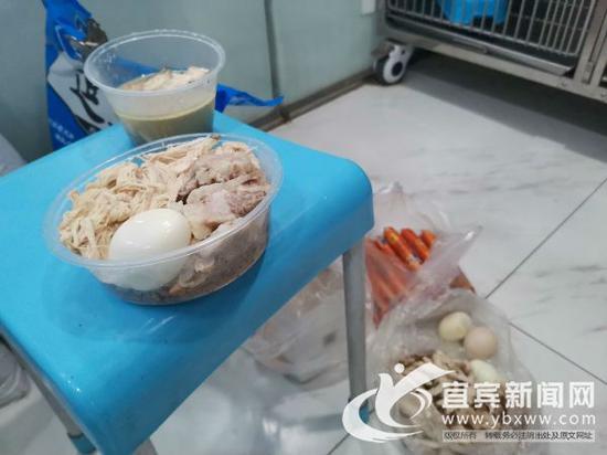 爱狗人士给做了手术的流浪狗送来的营养餐。(记者 何东 摄)