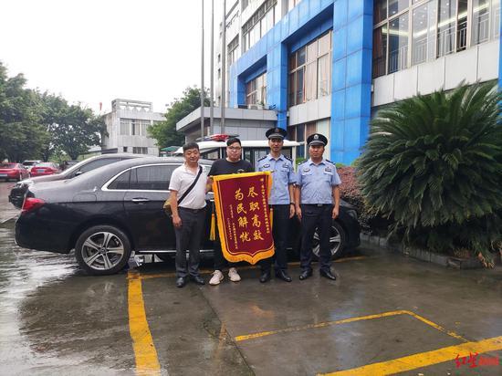 ↑车行为警方送来锦旗。