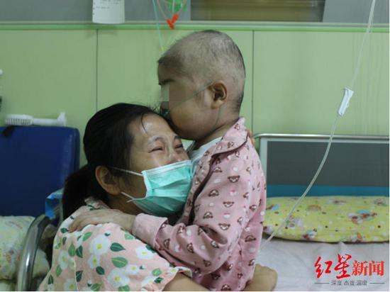 宸鑫和妈妈抱头痛哭(图据公益平台)