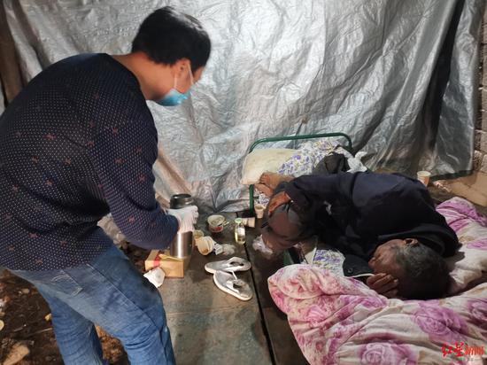 农民工哑哑突发多器官衰竭:村组干部帮他讨要工钱