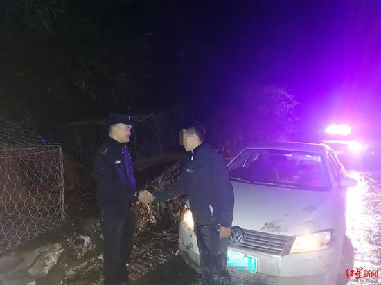 民警成功助被困车辆脱困