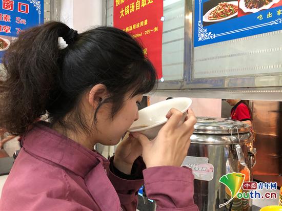 """图为学生正在饮用""""大锅汤""""。中国青年网通讯员 沈萌萍 摄"""