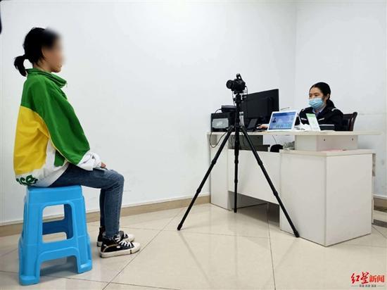 ↑9月22日,工作人员为小依拍身份证照