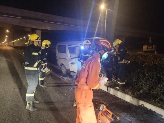 四川一面包车凌晨撞上灯杆 无人员伤亡