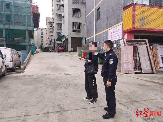警方带嫌疑人冯某指认现场