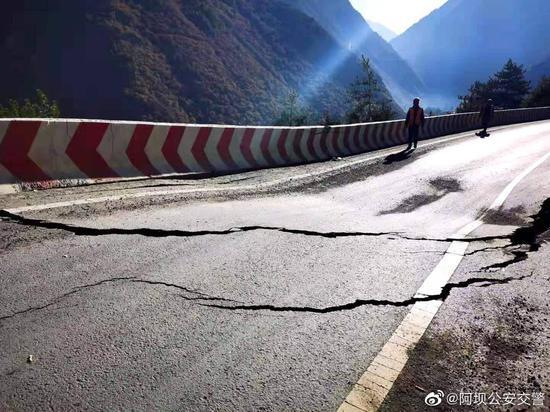 四川理县小丘地山体滑坡路基严重沉陷 实施临时交通管制