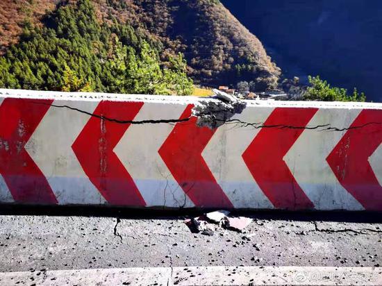 国道317线理县段出现山体滑坡禁止通行 绕行路线看这里