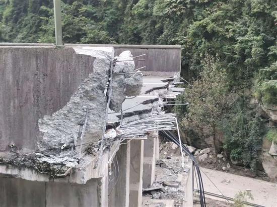 元旦前恢复通行能力 雅西高速姚河坝恢复重建工程梁板架设完成