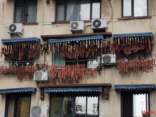 ↑陈道荣家窗台的香肠