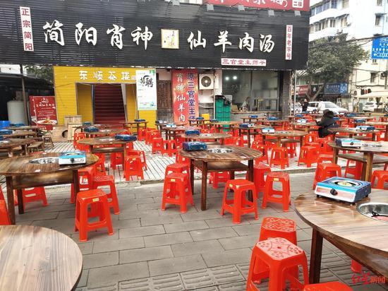 """△""""简阳肖神仙羊肉汤""""外摆放大量餐桌"""