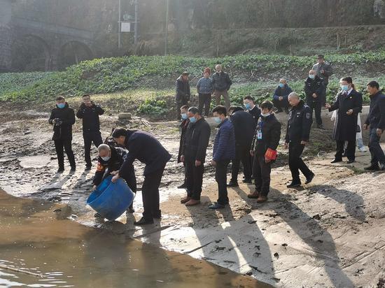 四川苍溪县一村民非法捕鱼后被责令增殖放流鱼苗10000尾
