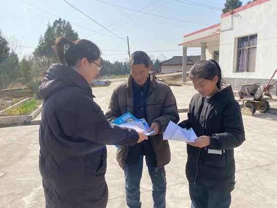 昭化农民工服务中心工作人员走访慰问农民工,了解出行愿望。