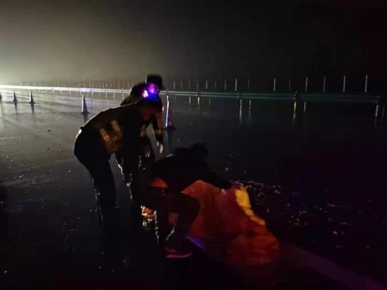 高速路深夜驚現男尸 從地上碎片入手警方14小時偵破肇事逃逸案