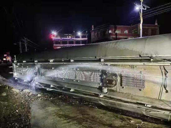 四川理塘县消防救援大队成功处置油罐车侧翻事故