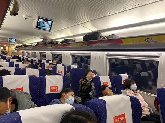 """不到2小时、不停站 记者体验广安至成都定制直达动车""""首秀"""""""