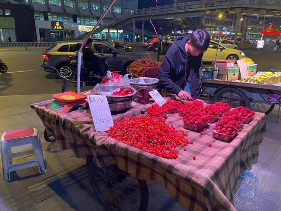 商贩将樱桃装成盒装售卖。文莎 摄