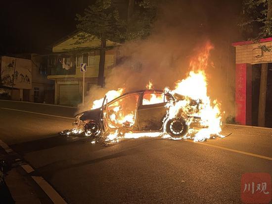 龙泉山小轿车发生车祸导致自燃 被烧成空架子