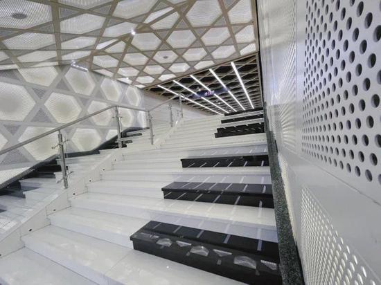 踩臺階彈曲子 來打卡成都地鐵站的鋼琴階梯