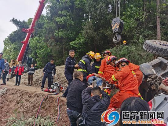 货车失控侧翻坠落路边农田 遂宁消防紧急救援