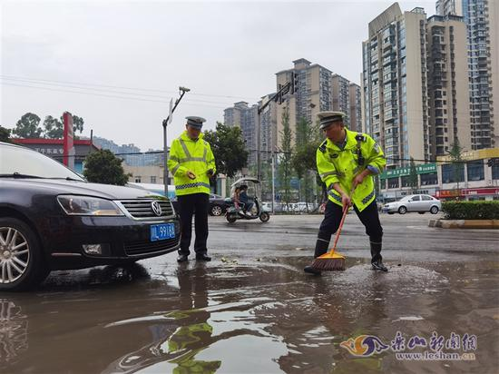 民警清扫道路积水