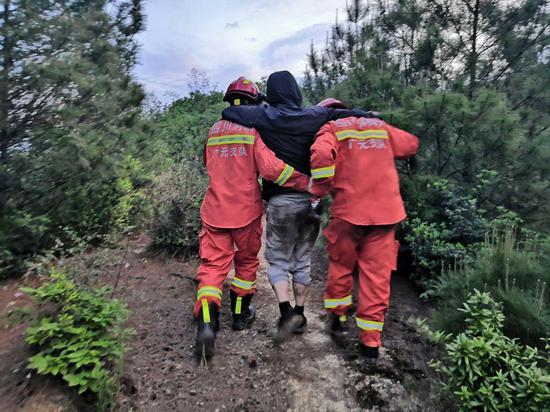 游客迷失深山不幸滑落悬崖 多部门搜寻4小时成功营救