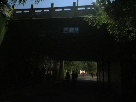 南湖公园天梯下面的通行道上路灯未亮 图片由网友刘先生拍摄