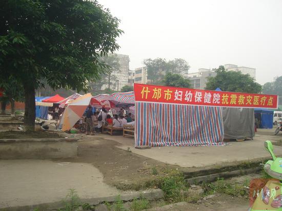 地震后,什邡市妇幼保健院在罗汉寺临时安置
