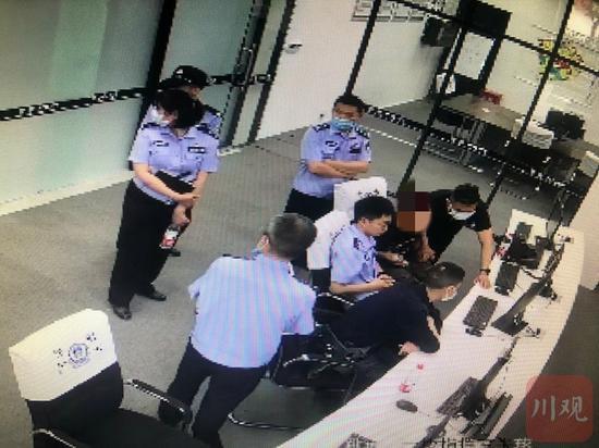 小林父亲、亲友及律师一行3人到公安机关查看监控视频