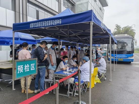 """随到随打!成都龙泉驿首辆新冠疫苗移动接种车""""上岗"""""""