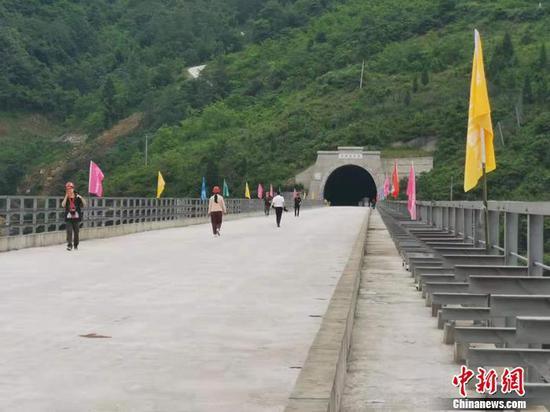 图为毛坪大渡河双线特大桥。中新网记者 谢艺观 摄