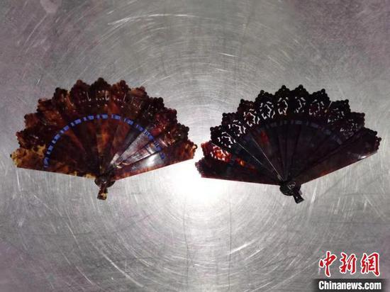 玳瑁制品折扇。 成都海关供图