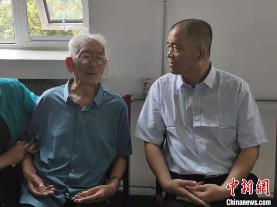 来自山东枣庄的90岁老人罗某坤(左)和儿子罗某军(右)失散已长达58年。 郭超凯 摄