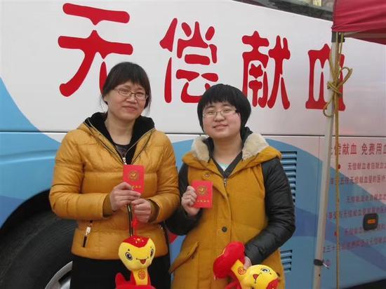 2013年,18岁的李璇在家乡献血。李璇供图