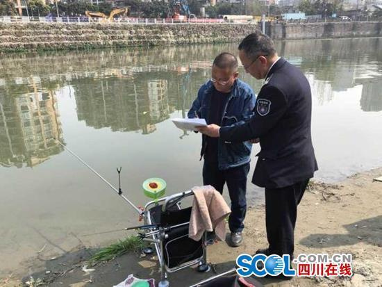 禁渔期还在河边钓鱼 成都联合执法13人接受调查