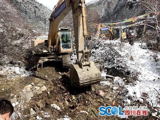 挖掘机正在施工抢修应急通道。 余秋林 摄