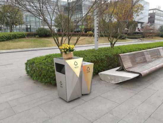 在成都市区内设置的新型果屑箱。