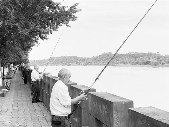 河边钓鱼者