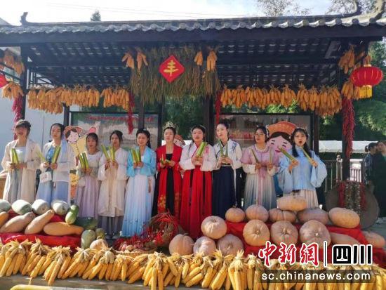 """巴中南江农民喜庆丰收 千人同吃""""茭白坝坝宴"""""""