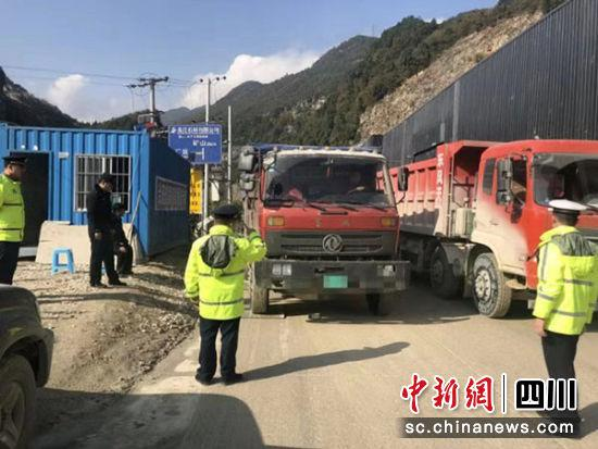 重型货车超载33吨强行冲关 驾驶员既被罚款又被行拘