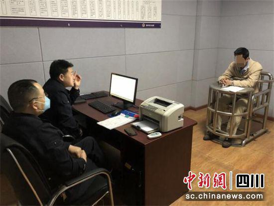民警对犯罪嫌疑人邓某某进行调查