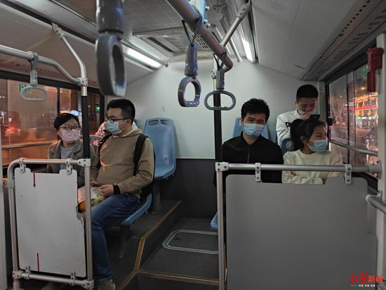 ▲夜间6路车上的乘客