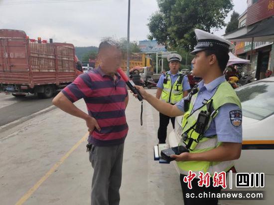 男子酒后驾驶营运机动车被警方当场挡获