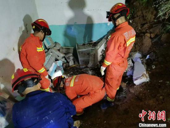 消防救援人员正在狭小的空间寻找被埋者。 格尔全维 摄