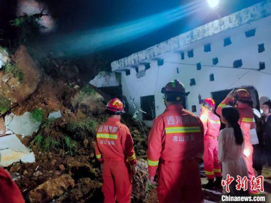 消防救援人员抵达灾害现场。 格尔全维 摄