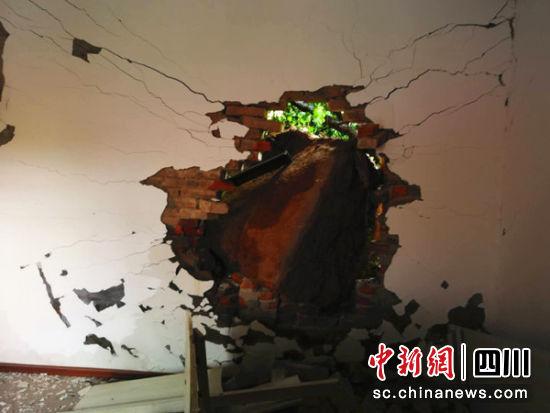梓潼县石牛镇清河村发生崩塌后受损的房屋。 绵阳市自然资源和规划局提供