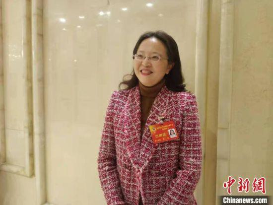 成都市政协委员田红接受采访。 祝欢 摄