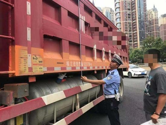 成都交警曝光一批貨車超載典型案例