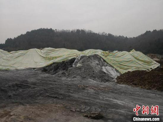 铝灰被倾倒在中江县南华镇的一处建渣临时堆场。 德阳市公安局供图