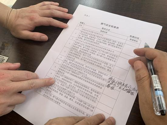 """暗访成都理工东苑餐饮店:液化气瓶""""裸奔"""" 油烟排入下水道"""