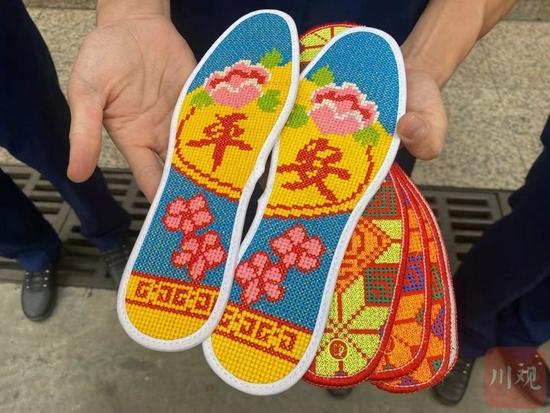 """鞋垫一送40载 今年攀枝花""""布鞋奶奶""""又送出120双布鞋、272双"""
